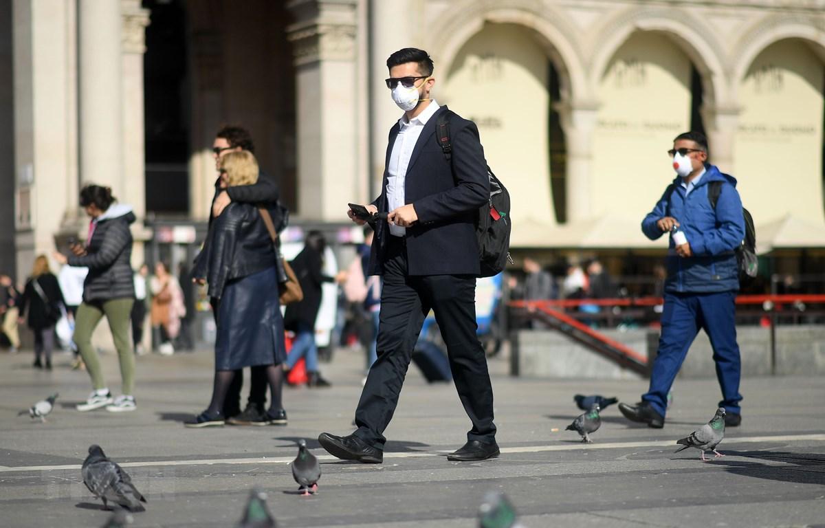Người dân đeo khẩu trang phòng dịch viêm đường hô hấp cấp COVID-19 tại Milan, Italy. (Ảnh: THX/TTXVN)