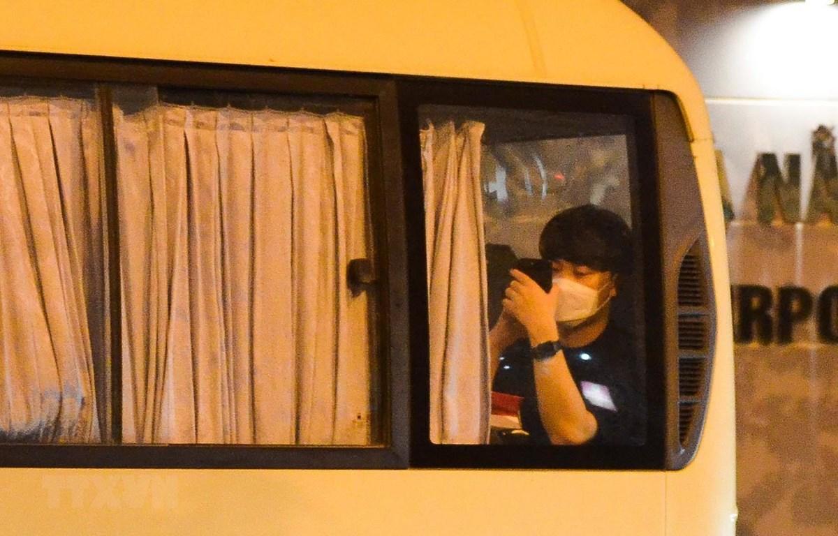 Hành khách Hàn Quốc trên xe khi được chở đến Sân bay Quốc tế Đà Nẵng. (Ảnh: Văn Dũng/TTXVN)