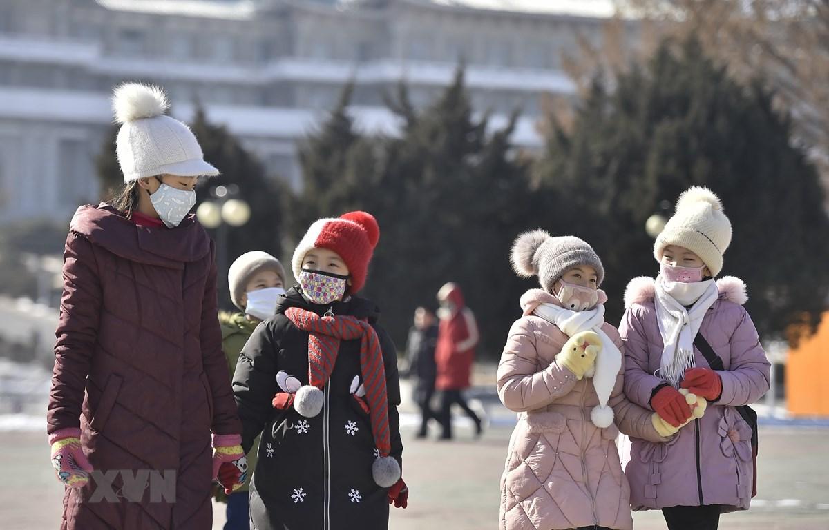 Người dân đeo khẩu trang đề phòng lây nhiễm COVID-19 tại Bình Nhưỡng, Triều Tiên. (Ảnh: AFP/TTXVN)
