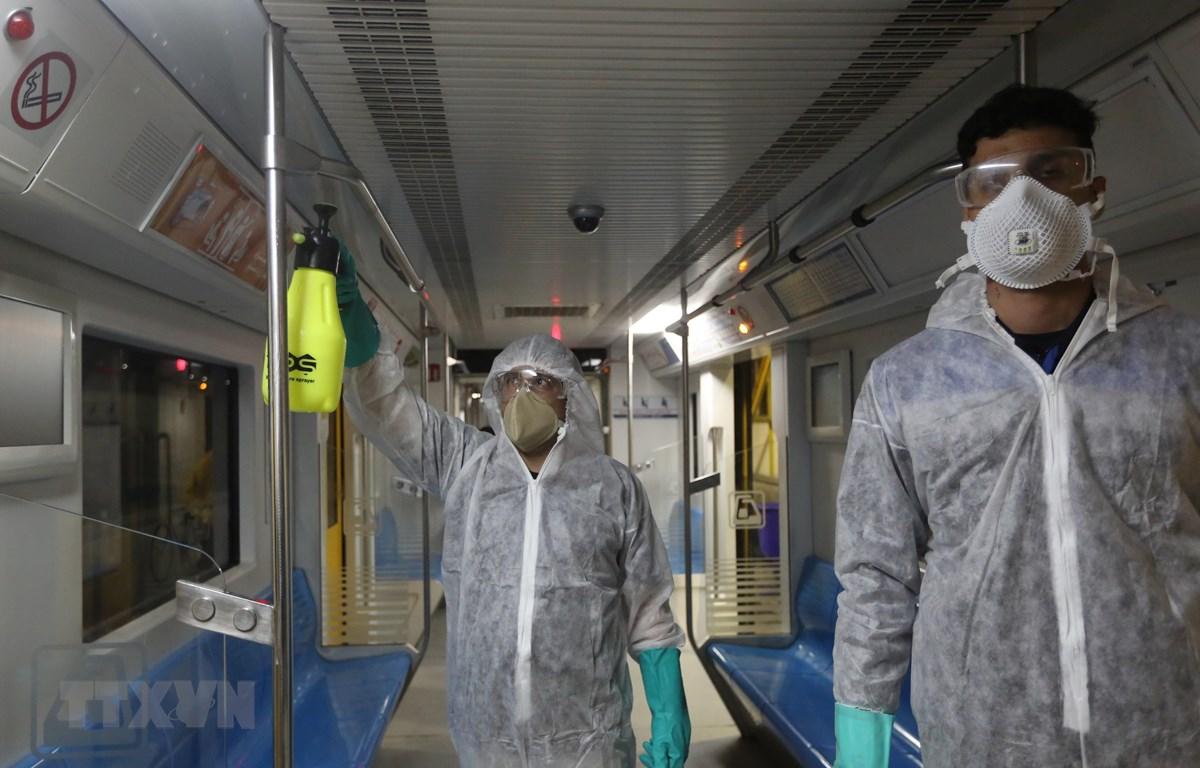 Phun thuốc khử trùng một tàu điện ngầm ở Tehran, Iran ngày 26/2 nhằm ngăn chặn sự lây lan của dịch COVID-19. (Ảnh: AFP/TTXVN)