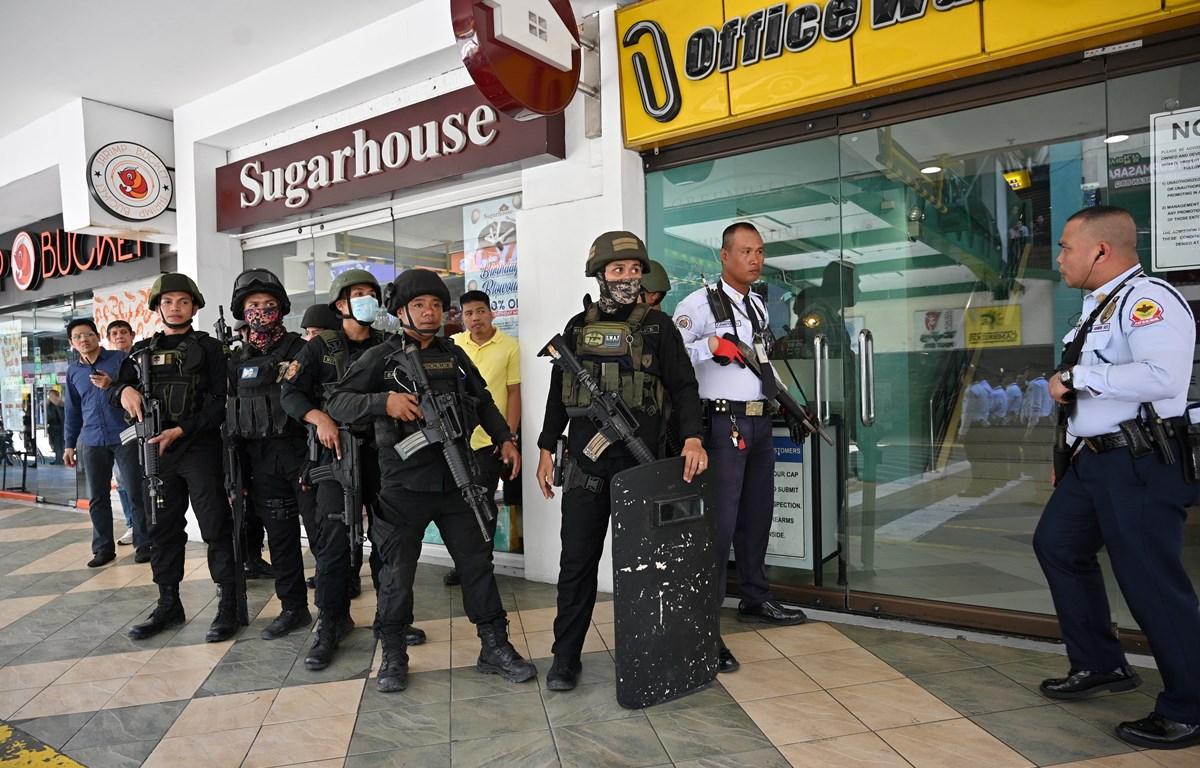 Cảnh sát tại hiện trường vụ bắt giữ con tin. (Ảnh: AFP/TTXVN)