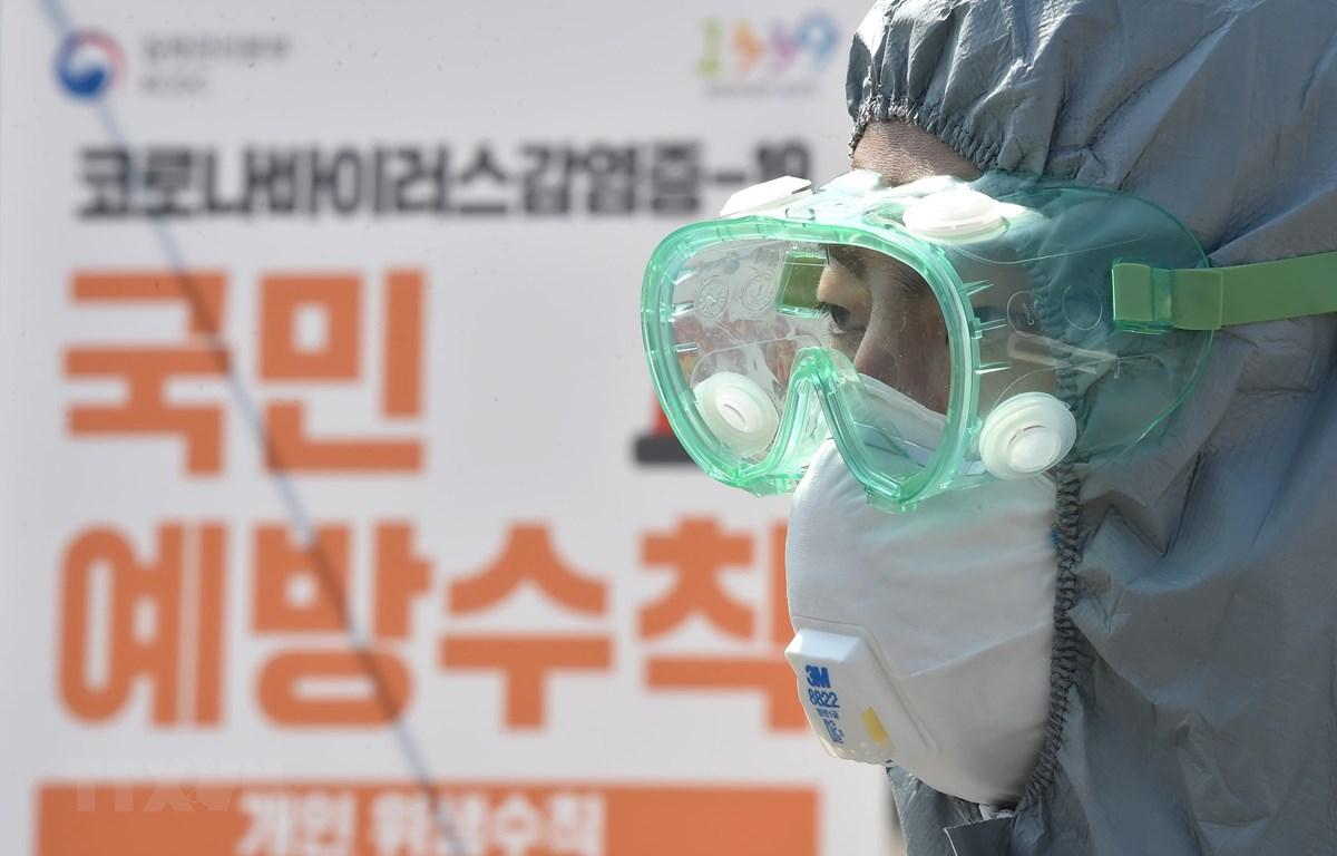 Nhân viên y tế làm việc tại một phòng khám ở Suwon, Hàn Quốc ngày 8/3. (Ảnh: THX/TTXVN)