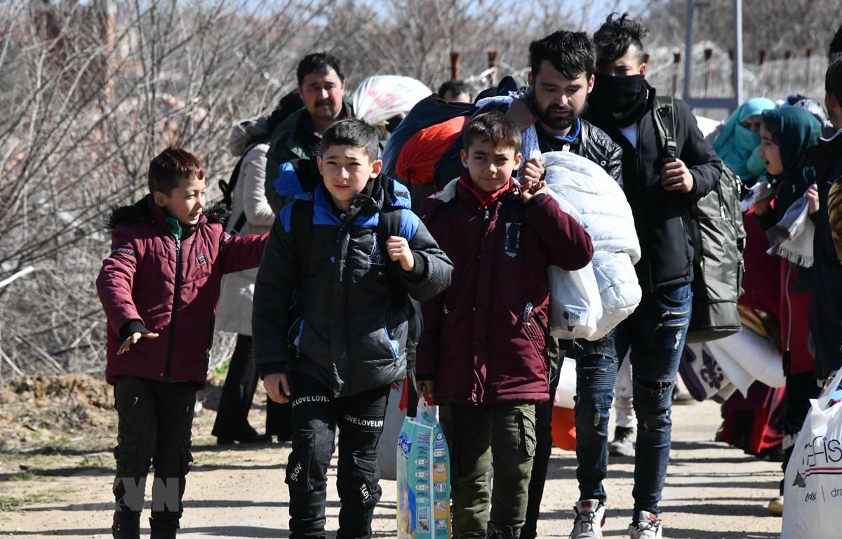 Người di cư từ Thổ Nhĩ Kỳ tiến về khu vực biên giới với Hy Lạp ngày 3/3. (Ảnh: THX/TTXVN)