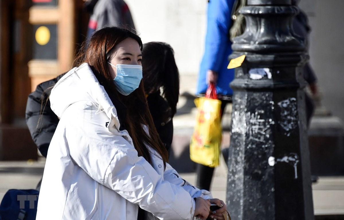 Người dân đeo khẩu trang phòng tránh lây nhiễm dịch COVID-19 tại Moskva, Nga. (Ảnh: AFP/TTXVN)
