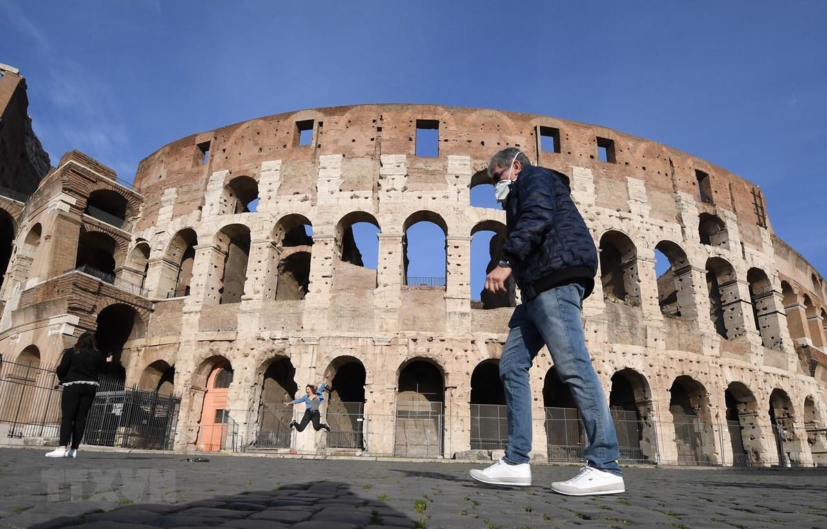 Người dân đeo khẩu trang phòng dịch COVID-19 tại Rome, Italy ngày 10/3. (Ảnh: THX/TTXVN)
