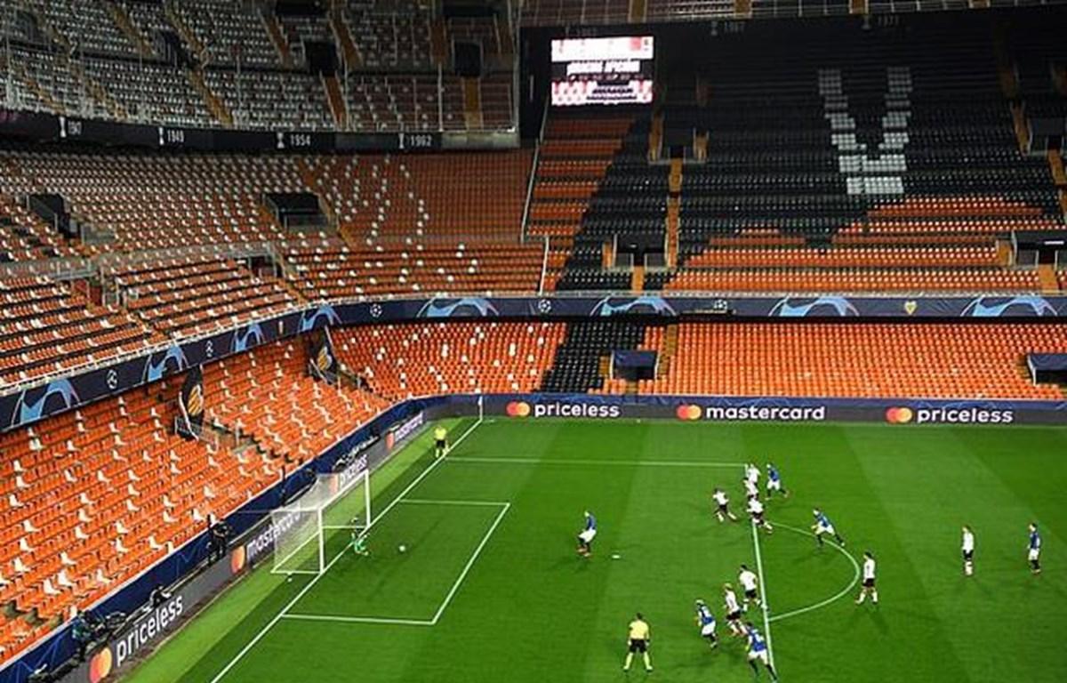 Nhiều trận đấu tại châu Âu diễn ra không khán giả. (Nguồn: Getty Images)