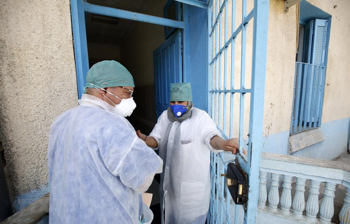 Nhân viên y tế làm việc tại một bệnh viện ở tỉnh Blida, Algeria. (Ảnh: THX/TTXVN)