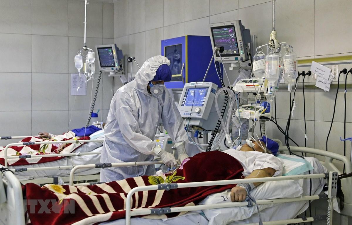 Nhân viên y tế chăm sóc nạn nhân nhiễm COVID-19 tại bệnh viện ở Tehran, Iran. (Ảnh: AFP/TTXVN)
