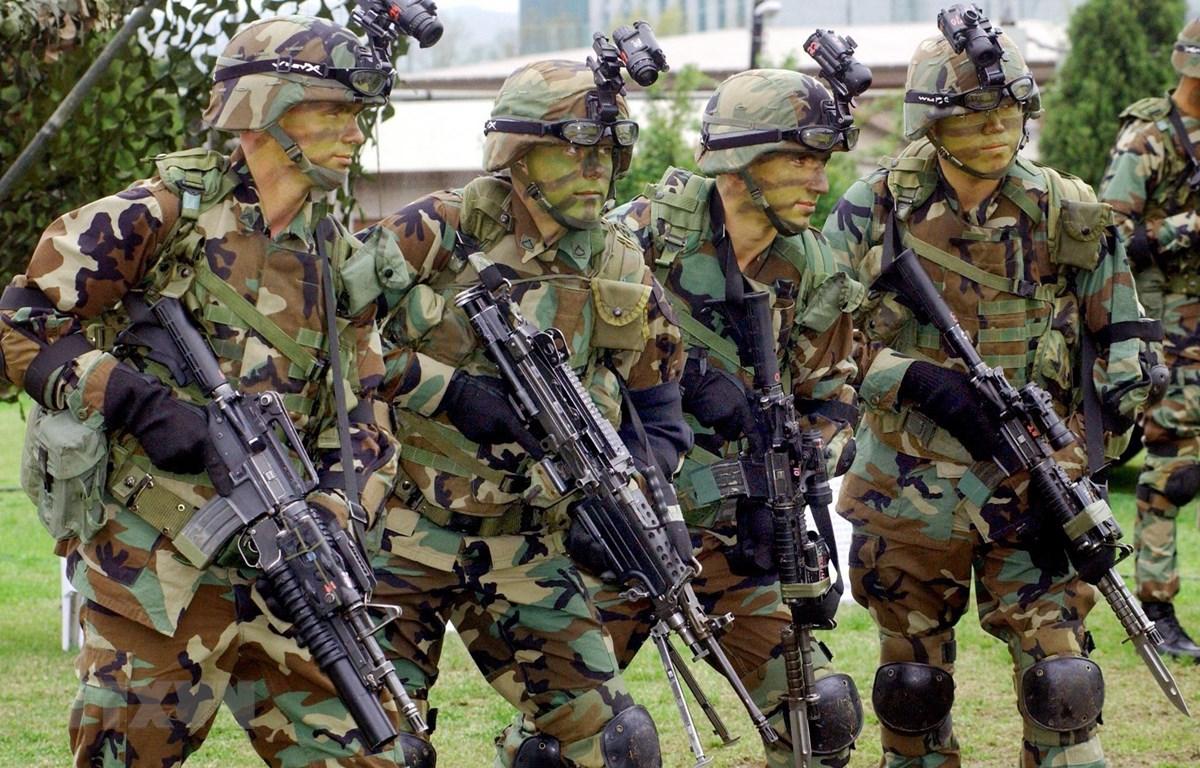 Binh sỹ thuộc Các Lực lượng Mỹ tại Hàn Quốc (USFK) trong một buổi huấn luyện quân sự tại căn cứ Yongsan ở Seoul, Hàn Quốc. (Ảnh: AFP/TTXVN)