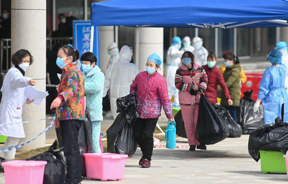 Bệnh nhân nhiễm COVID-19 xuất viện sau khi được chữa khỏi tại bệnh viện ở Vũ Hán, tỉnh Hồ Bắc, Trung Quốc. (Ảnh: THX/TTXVN)
