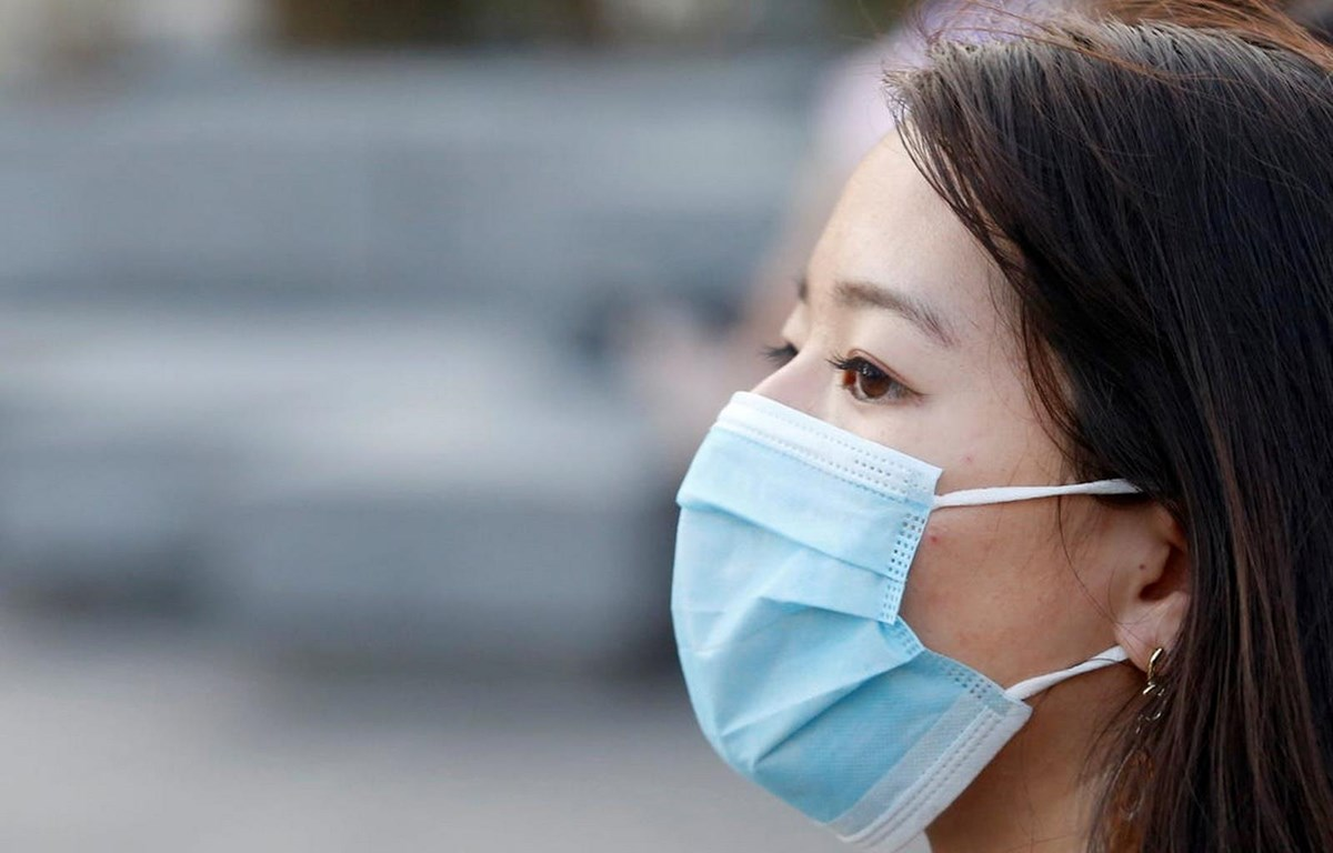 Nhiều người coi việc đeo khẩu trang là trách nhiệm chung nhằm giảm nguy cơ lây truyền virus corona. (Nguồn: AFP)