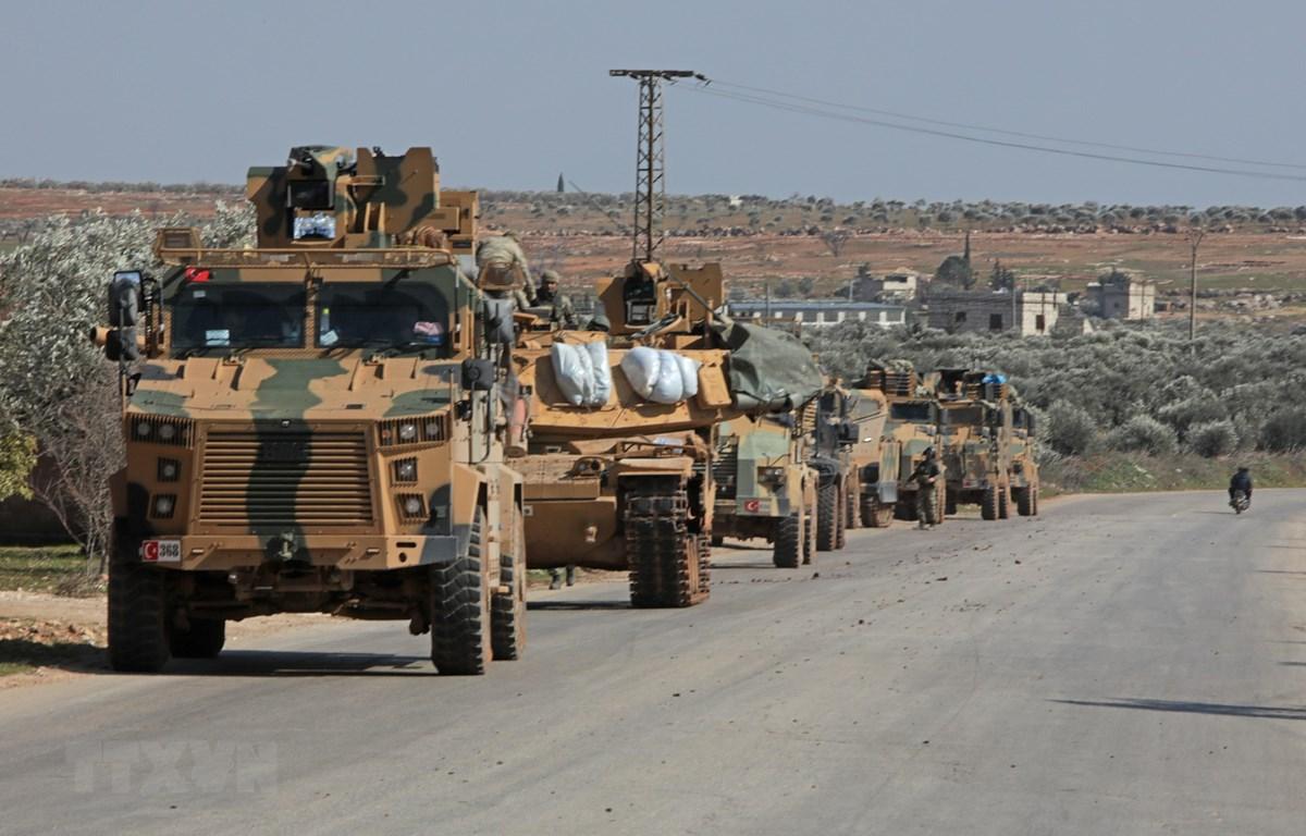 Đoàn xe quân sự Thổ Nhĩ Kỳ được triển khai tại thành phố Idlib, tây bắc Syria. (Ảnh: AFP/TTXVN)