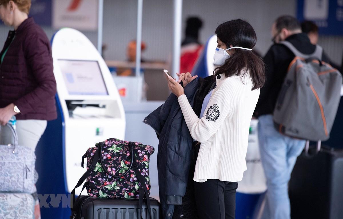 Người dân đeo khẩu trang để phòng tránh lây nhiễm COVID-19 tại sân bay Charles de Gaulle ở Roissy, gần Paris, Pháp. (Ảnh: THX/TTXVN)