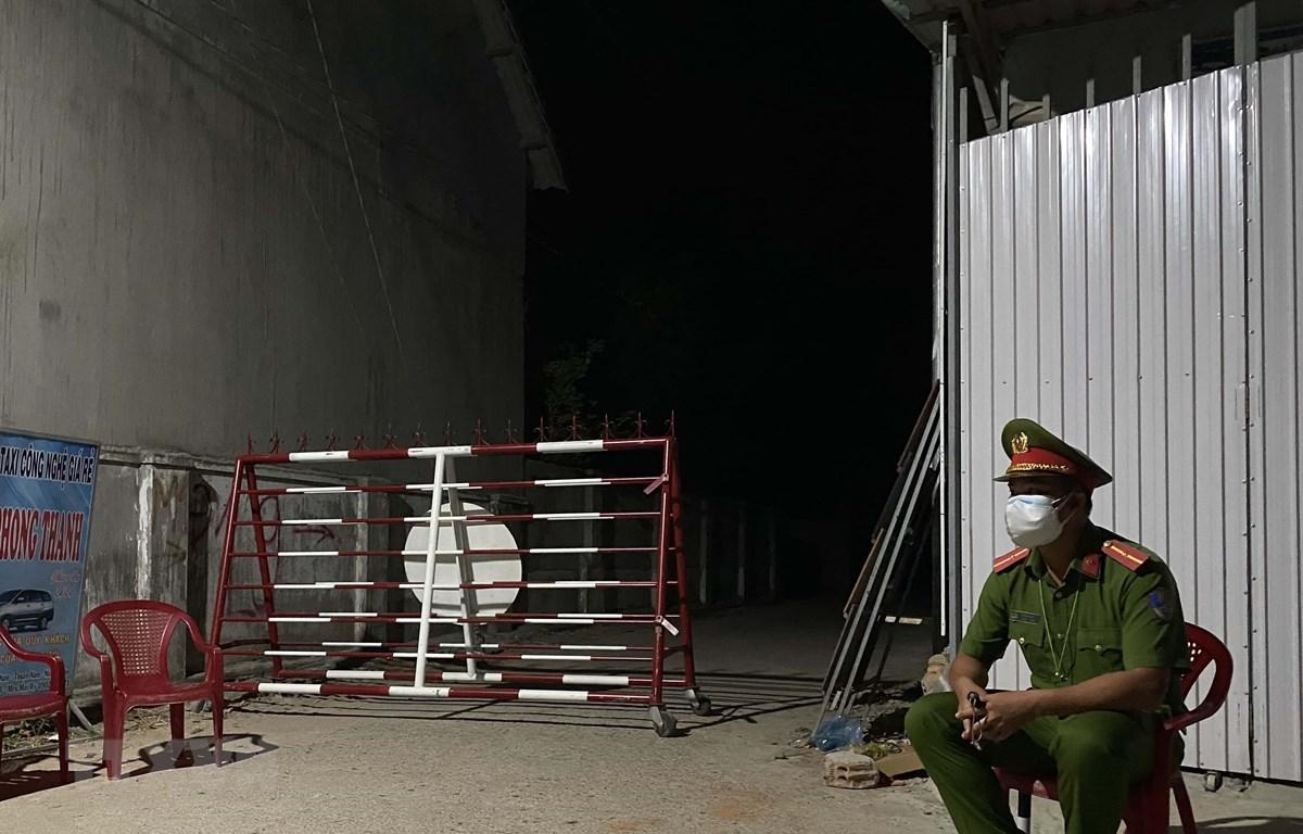 Các ngõ đường vào thôn Văn Lâm 3 đã được lập chốt chặn để phòng chống, ngăn chặn dịch COVID-19. (Ảnh: Công Thử/TTXVN)