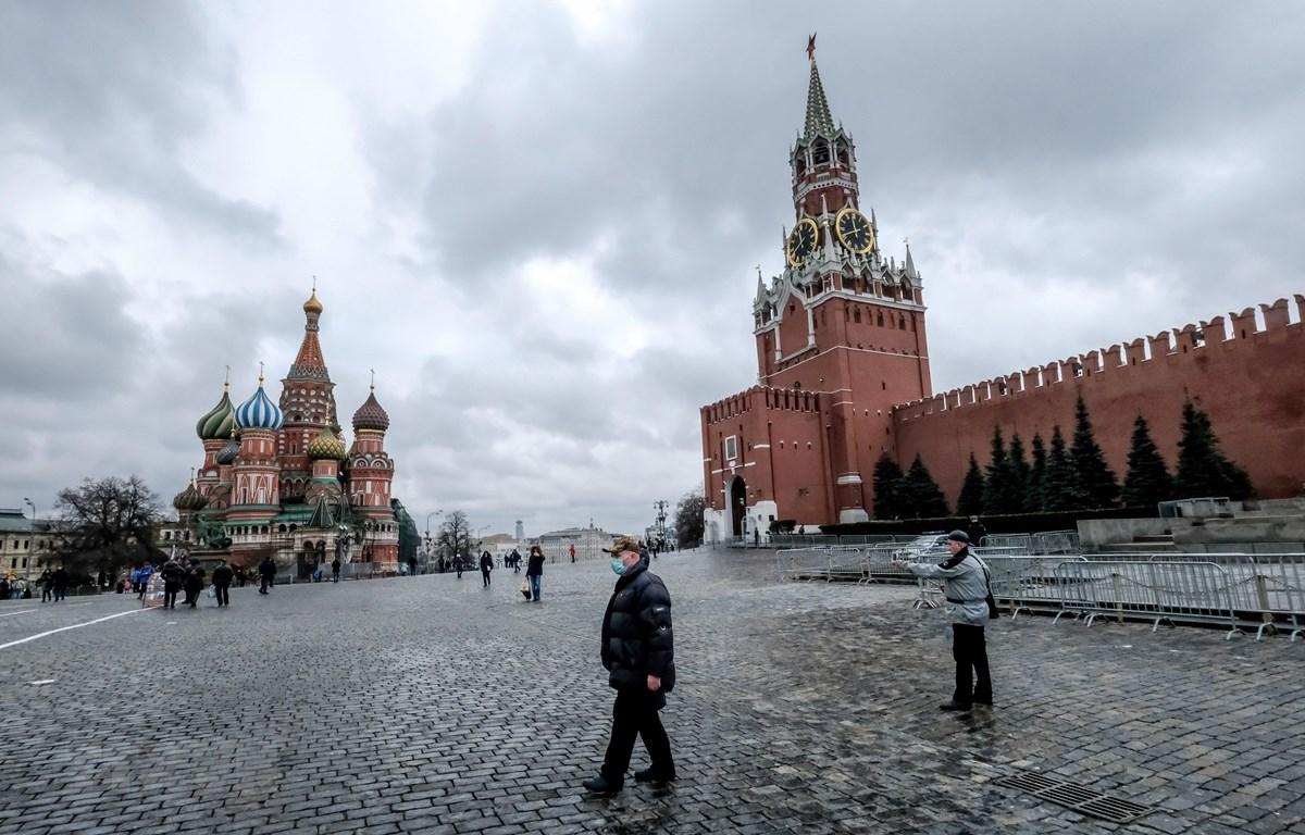 Người dân đeo khẩu trang đề phòng lây nhiễm COVID-19 tại Moskva, Nga. (Ảnh: AFP/TTXVN)