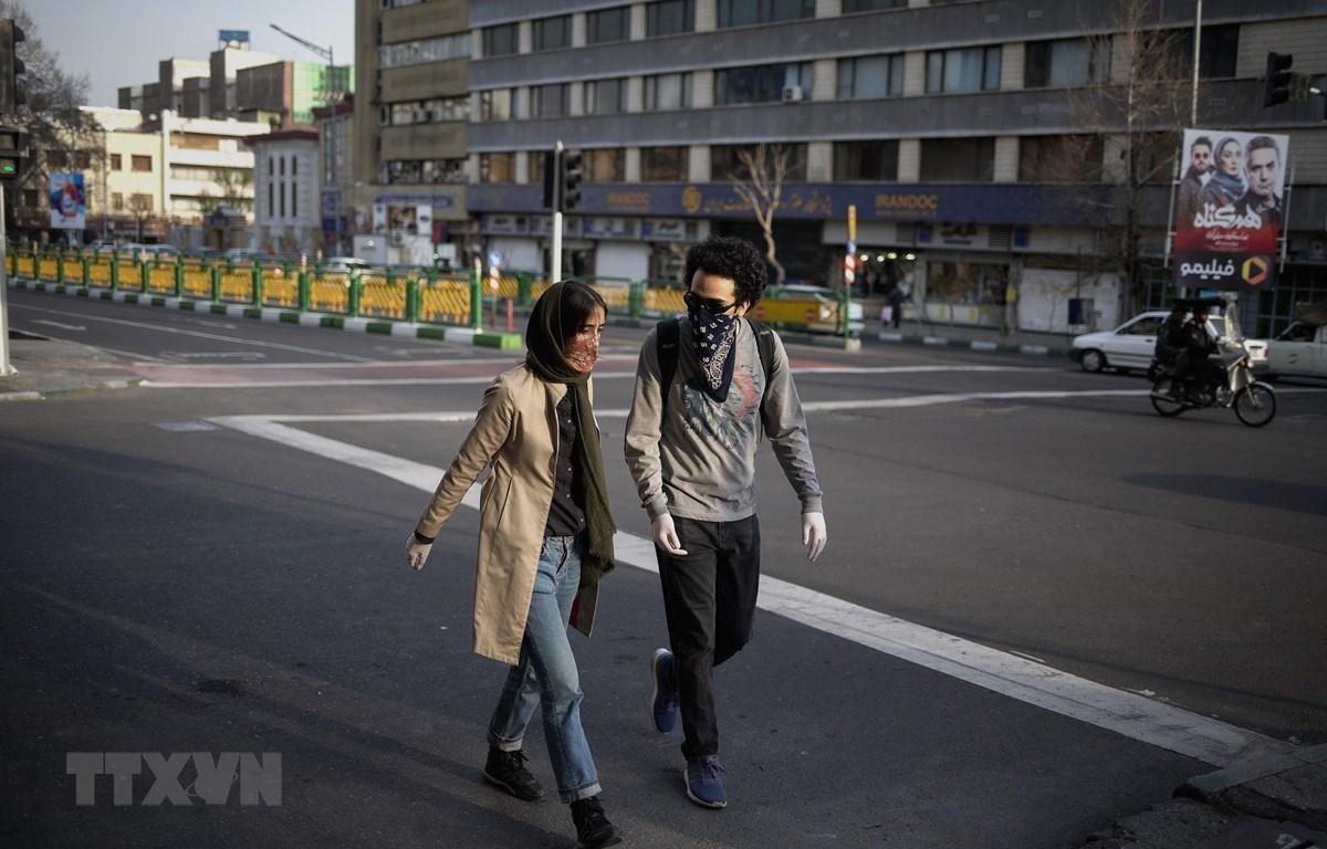 Người dân đeo khẩu trang để phòng tránh lây nhiễm COVID-19 tại Tehran, Iran. (Ảnh: THX/TTXVN)