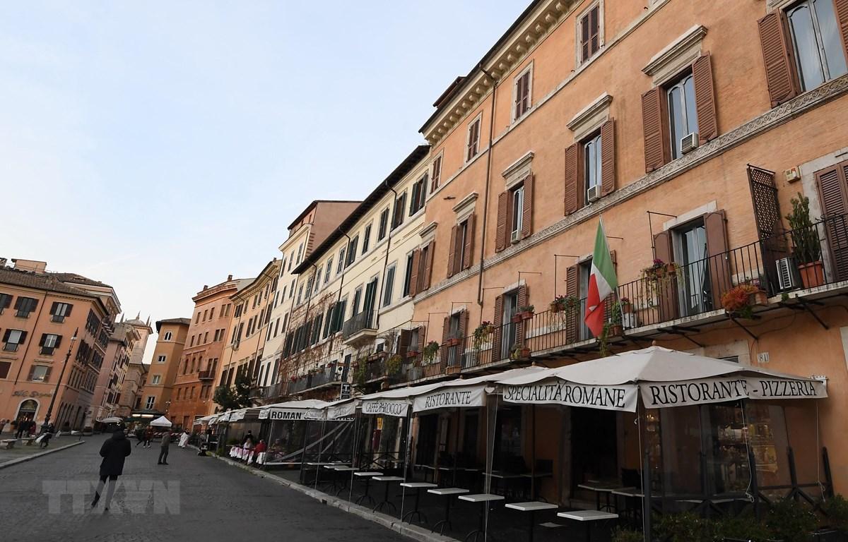 Nhà hàng ở Rome, Italy, đóng cửa trong bối cảnh dịch COVID-19 lan rộng. (Ảnh: THX/ TTXVN)