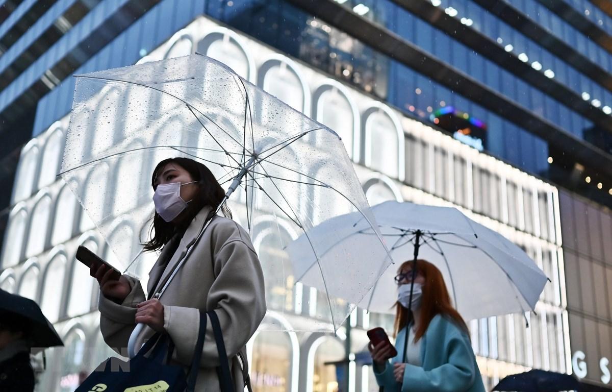 Người dân đeo khẩu trang để phòng tránh lây nhiễm COVID-19 tại Tokyo, Nhật Bản. (Ảnh: AFP/TTXVN)