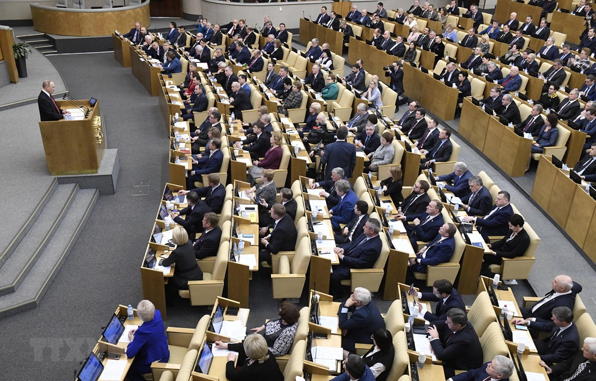Tổng thống Putin (trái) phát biểu trước các nghị sĩ trong phiên họp tại Duma Quốc gia Nga. (Ảnh: AFP/TTXVN)