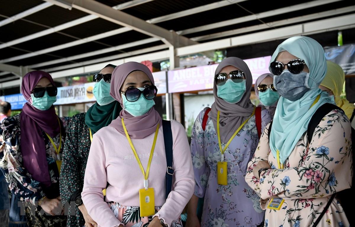 Người dân đeo khẩu trang phòng lây nhiễm COVID-19 tại đảo Sanur to Nusa Penida, Indonesia. (Ảnh: AFP/TTXVN)