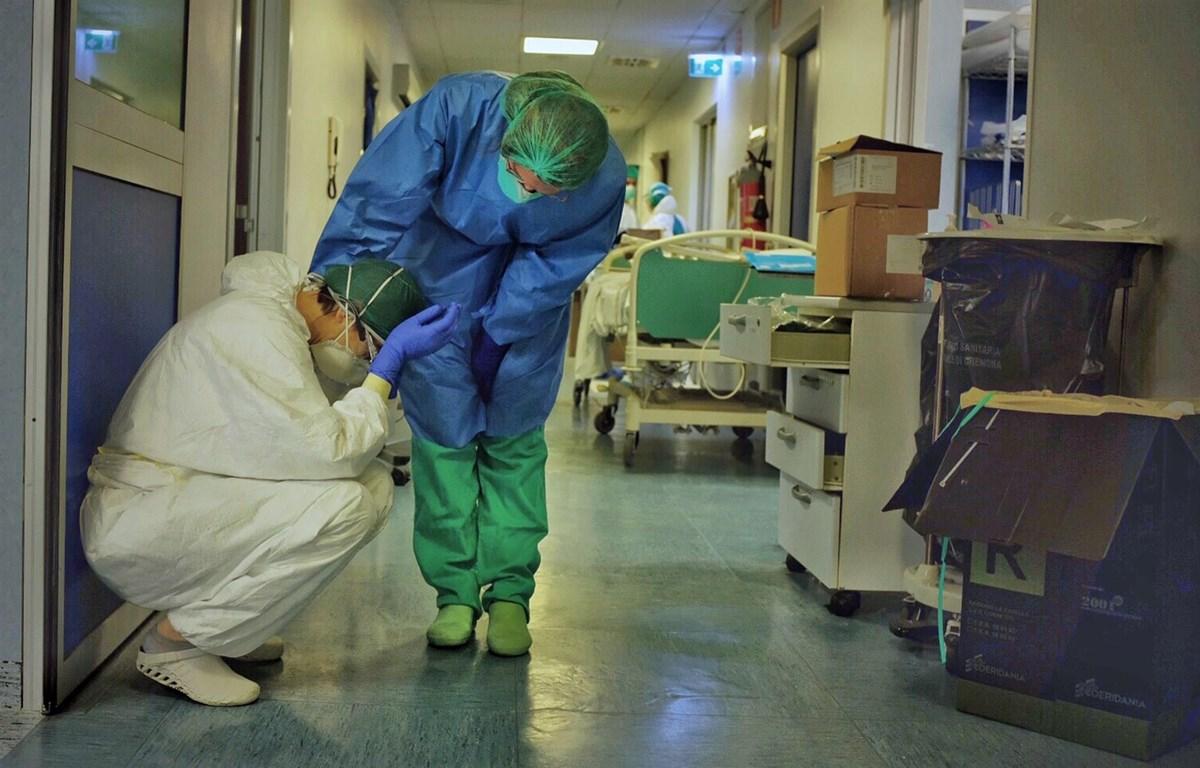 Hai nhân viên y tế động viên nhau tại một bệnh viện ở Cremona, Italy (Nguồn: nbcnews)