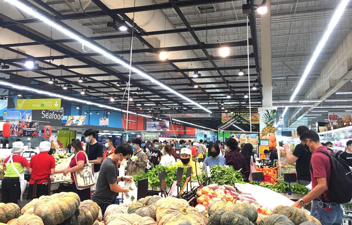 Người dân thủ đô Bangkok đổ xô đi mua hàng tại siêu thị BigC trưa 21/3. (Ảnh: Ngọc Quang/TTXVN)