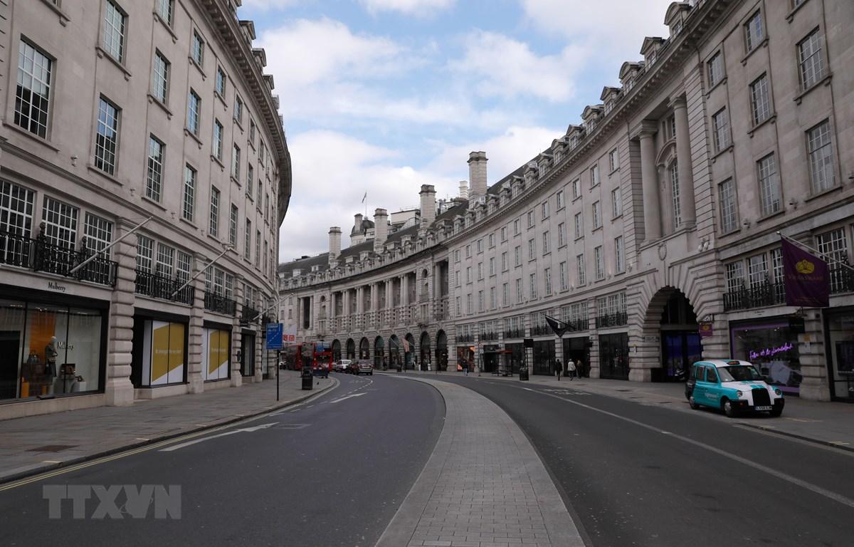 Cảnh vắng lặng trên đường phố ở London, Anh trong bối cảnh dịch COVID-19. (Ảnh: THX/TTXVN)