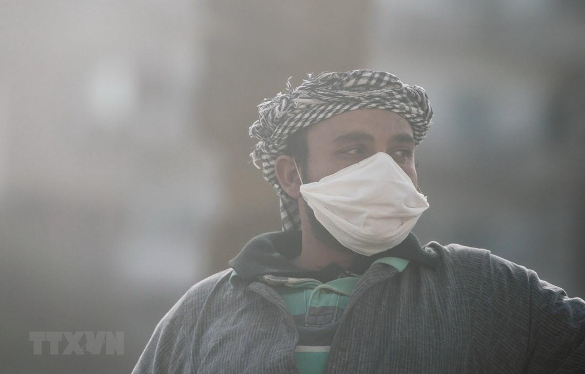 Người dân đeo khẩu trang phòng dịch COVID-19 tại Cairo, Ai Cập. (Ảnh: THX/TTXVN)