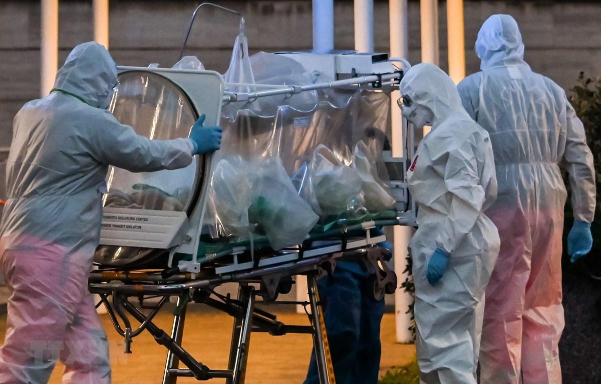 Nhân viên y tế chuyển bệnh nhân nhiễm COVID-19 tới bệnh viện ở Rome, Italy. (Ảnh: AFP/TTXVN)