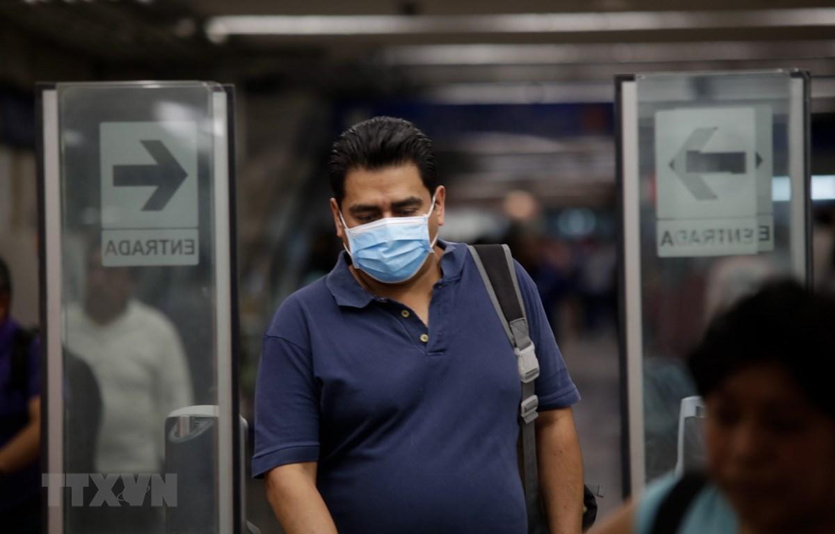Hành khách đeo khẩu trang phòng dịch COVID-19 tại nhà ga tàu điện ngầm ở Mexico City, Mexico. (Ảnh: THX/TTXVN)