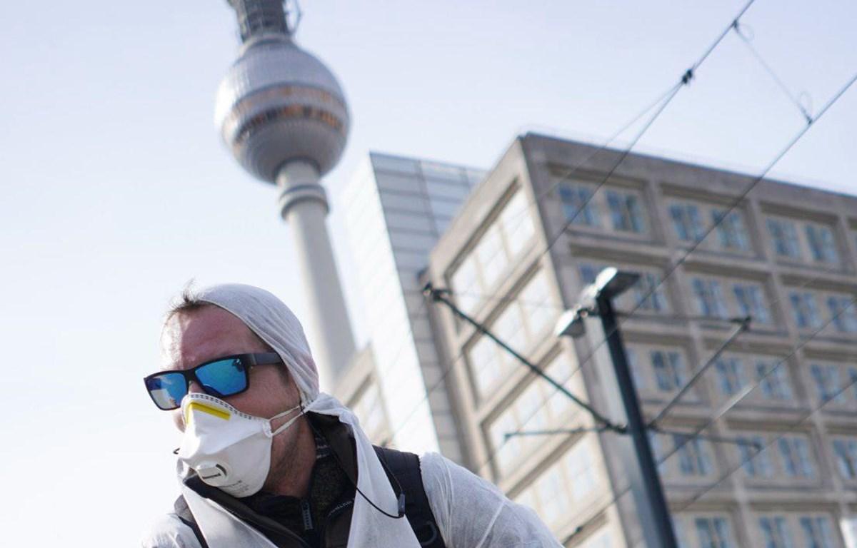 Một người dân Đức đeo khẩu trang phòng chống COVID-19 tại Berlin. (Nguồn: dpa)
