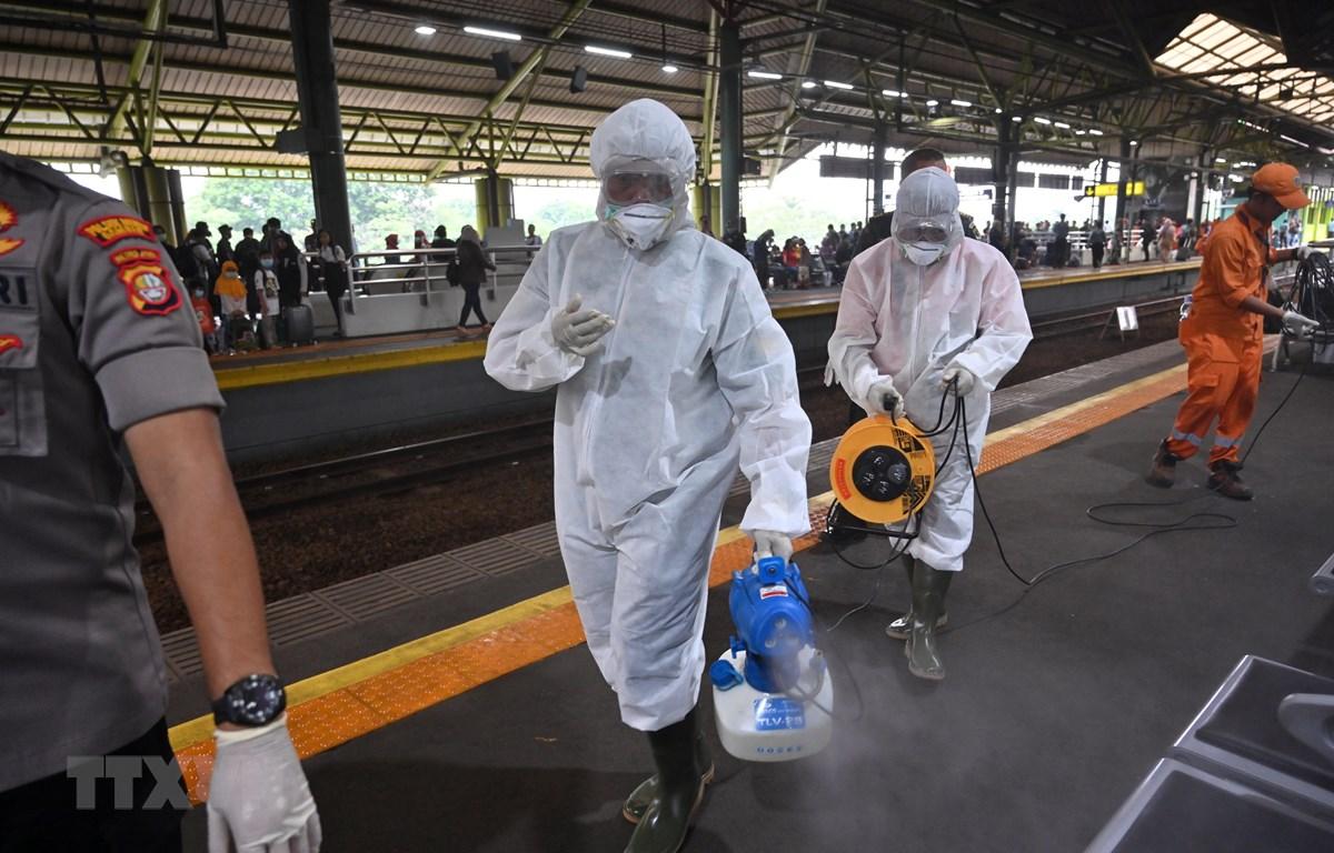 Phun khử trùng một nhà ga ở Jakarta, Indonesia nhằm ngăn chặn sự lây lan của dịch COVID-19. (Ảnh: AFP/TTXVN)