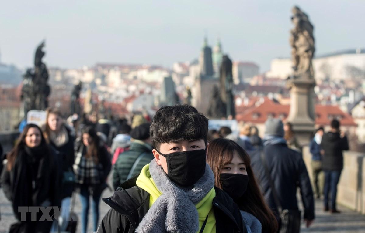 Người dân đeo khẩu trang để phòng tránh lây nhiễm COVID-19 tại Praha, Cộng hòa Séc. (Ảnh: AFP/TTXVN)