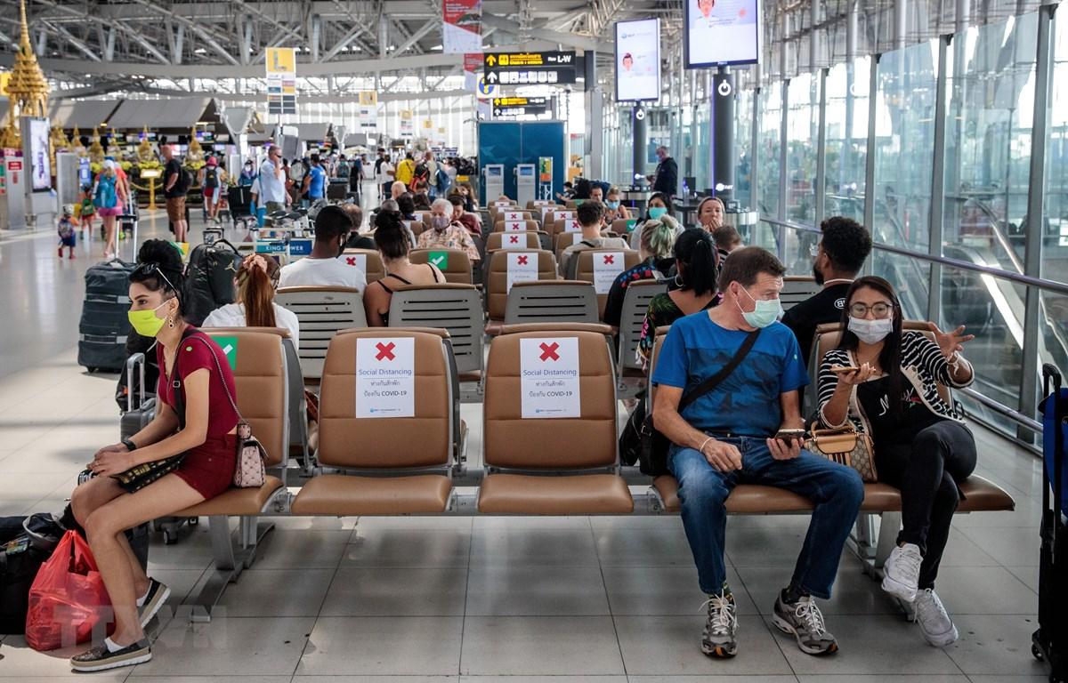 Người dân đeo khẩu trang phòng lây nhiễm COVID-19 tại sân bay Suvarnabhumi ở Bangkok, Thái Lan, ngày 25/3. (Ảnh: AFP/TTXVN)