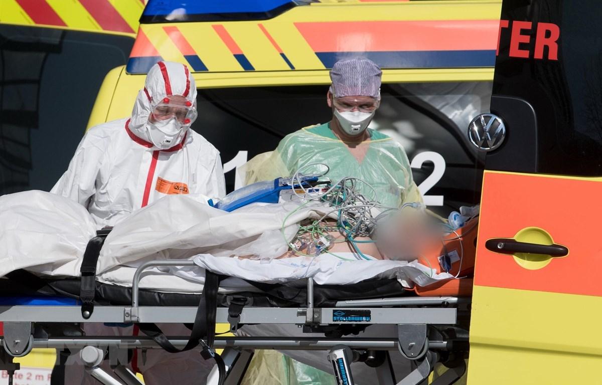 Chuyển một bệnh nhân Italy nhiễm COVID-19 tới bệnh viện Helios ở Leipzig (Đức). (Ảnh: THX/TTXVN)