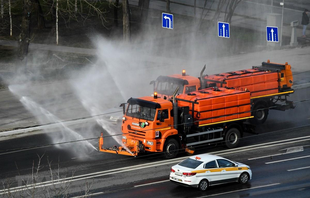 Phun khử trùng đường phố nhằm ngăn chặn sự lây lan của dịch COVID-19 tại Moskva, Nga. (Ảnh: AFP/TTXVN)