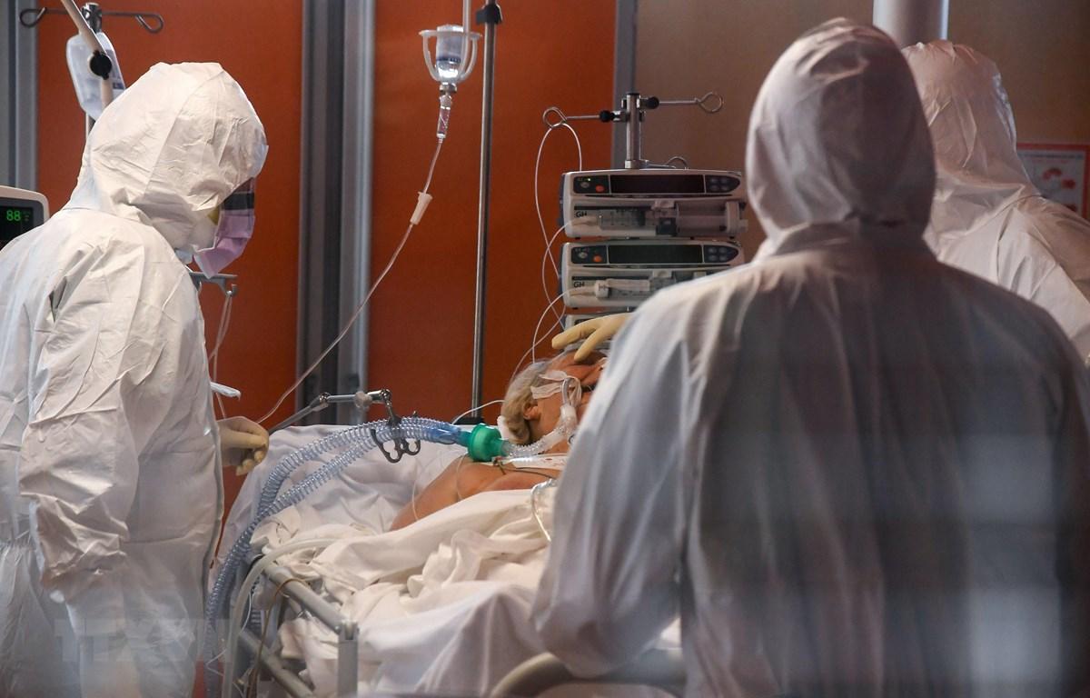 Nhân viên y tế điều trị cho bệnh nhân nhiễm COVID-19 tại bệnh viện ở Rome, Italy. (Ảnh: THX/TTXVN(