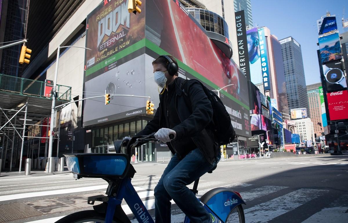 Người dân đeo khẩu trang nhằm ngăn chặn sự lây lan của dịch COVID-19 tại New York, Mỹ. (Ảnh: THX/TTXVN)