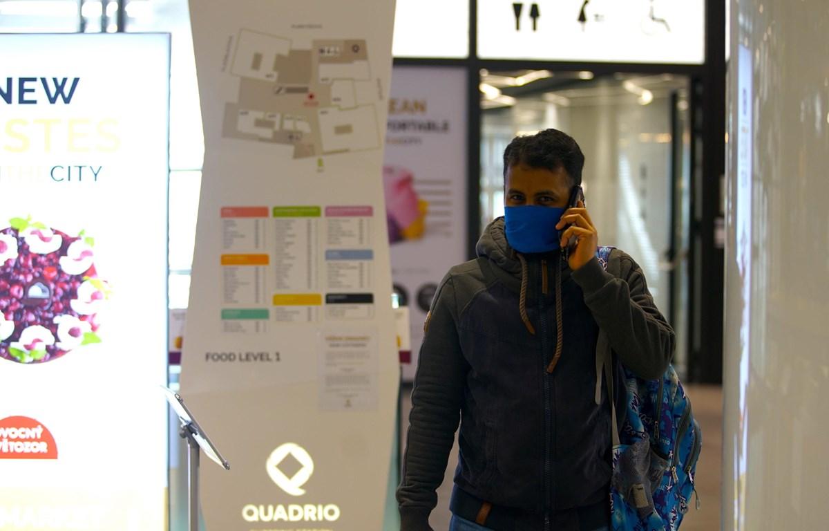Người dân đeo khẩu trang phòng dịch COVID-19 tại Prague, CH Séc. (Ảnh: THX/TTXVN)