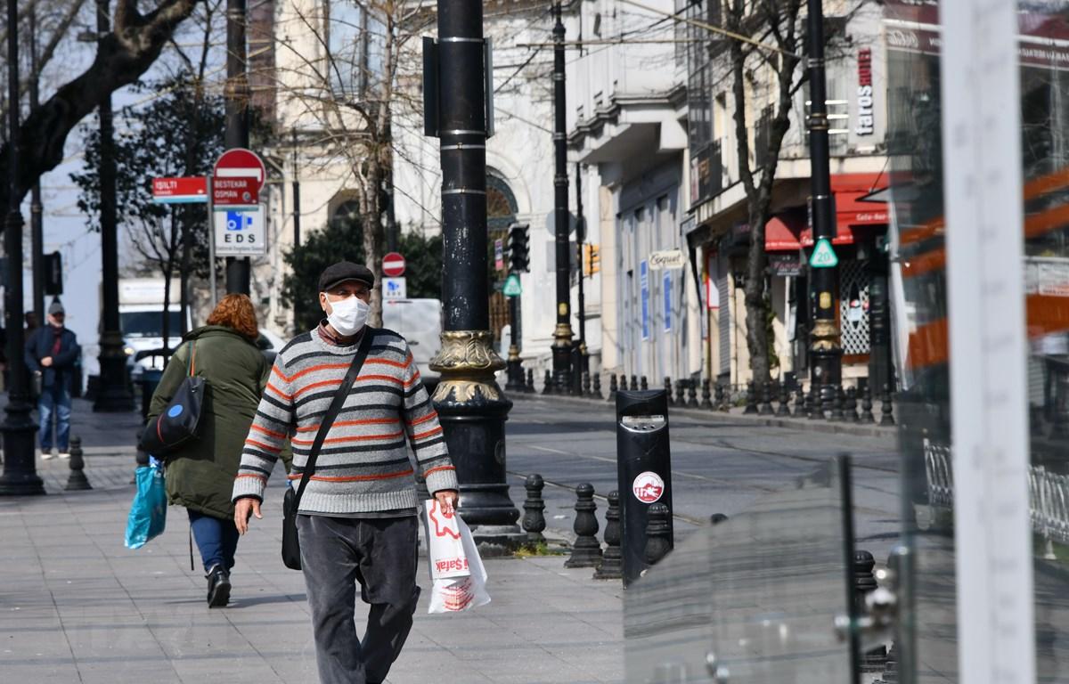 Người dân đeo khẩu trang để phòng tránh lây nhiễm COVID-19 tại Istanbul, Thổ Nhĩ Kỳ. (Ảnh: THX/TTXVN)