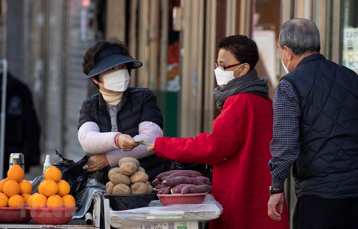 Người dân mua sắm tại một khu chợ ở Daegu, Hàn Quốc0. (Ảnh: THX/TTXVN)