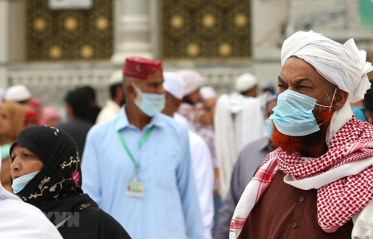 Người dân đeo khẩu trang phòng lây nhiễm COVID-19 tại Mecca, Saudi Arabia. (Ảnh: AFP/TTXVN)
