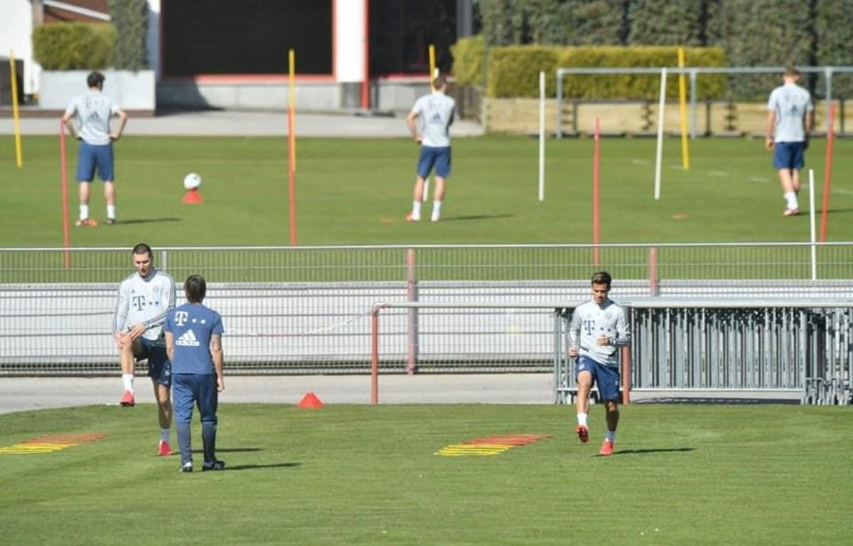 Cầu thủ Bayern đứng xa nhau khi tập luyện. (Nguồn: FCBayern)