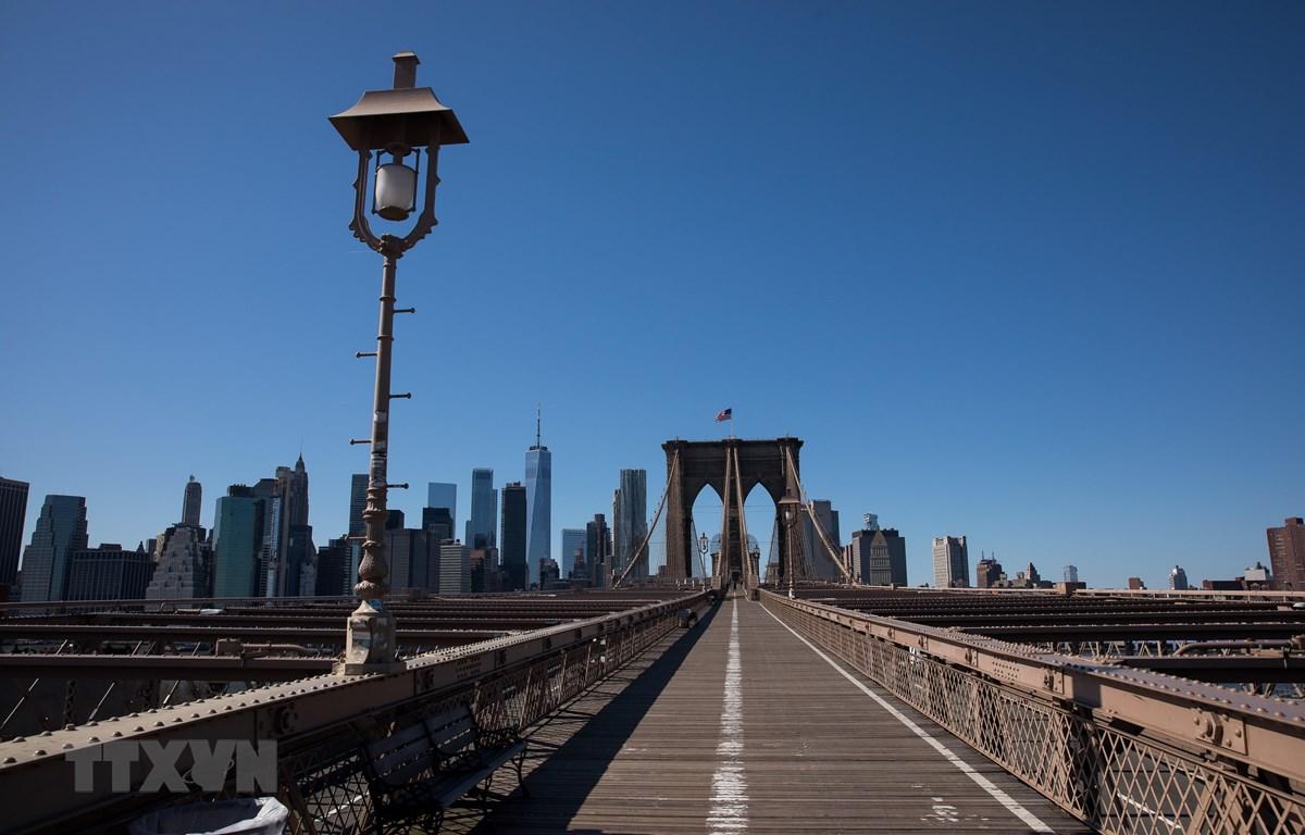 Khu vực Cầu Brooklyn ở New York, Mỹ vắng người qua lại do dịch COVID-19. (Ảnh: THX/TTXVN)