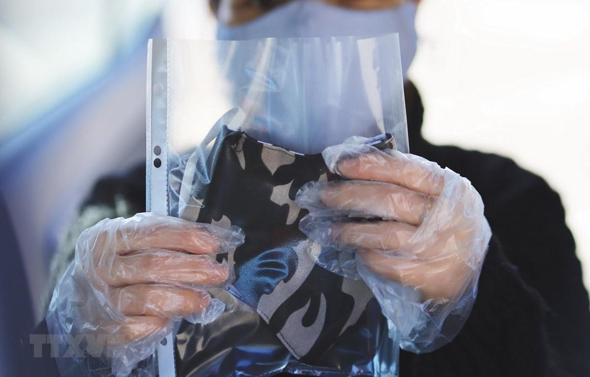 Những chiếc khẩu trang được bỏ riêng vào mỗi túi nilon để đảm bảo vệ sinh sạch sẽ, tiện cho người dân Moskva mang về sử dụng. (Ảnh: Trần Hiếu/TTXVN)