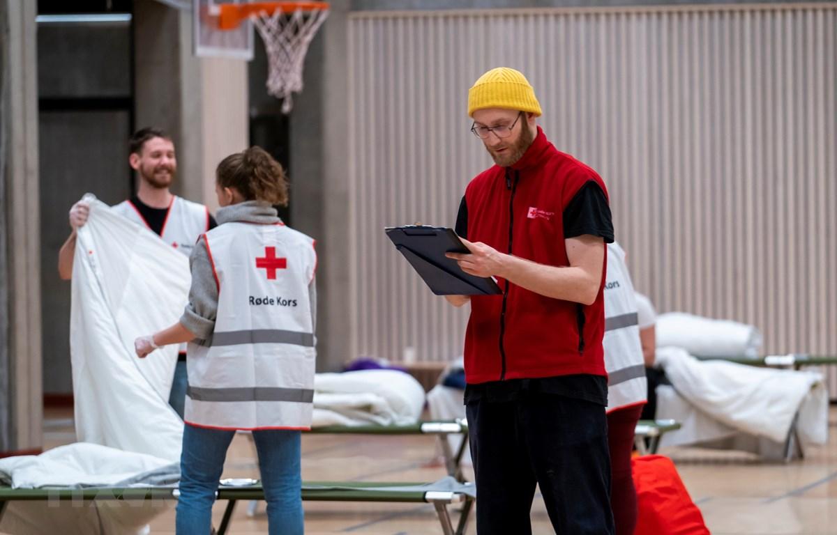 Nhân viên Chữ thập Đỏ làm việc tại một bệnh viện dã chiến điều trị cho bệnh nhân COVID-19 tại Oslo, Na Uy. (Ảnh: AFP/TTXVN)