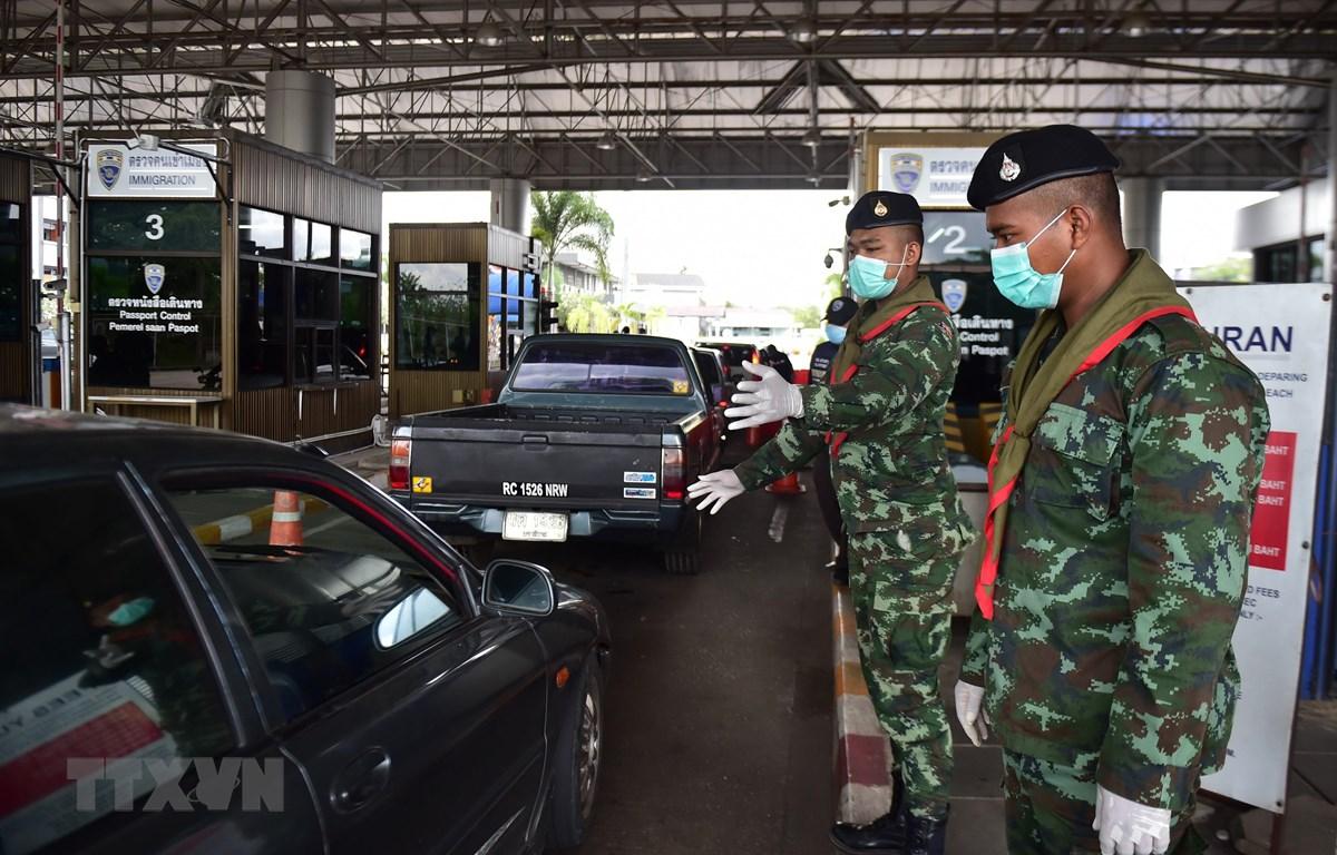 Binh sĩ kiểm tra các phương tiện qua lại tại một trạm kiểm soát ở tỉnh Narathiwat, Thái Lan. (Ảnh: AFP/TTXVN)