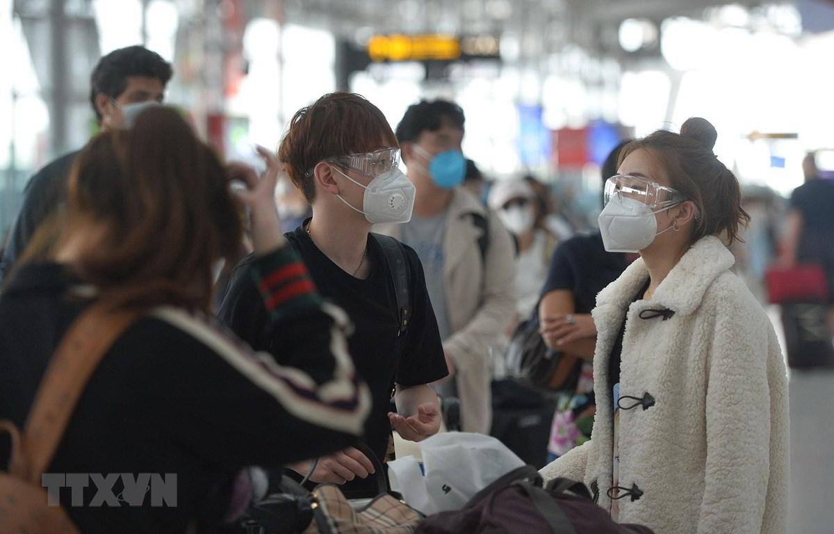 Người dân đeo khẩu trang phòng lây nhiễm COVID-19 tại sân bay Bangkok, Thái Lan. (Ảnh: THX/TTXVN)