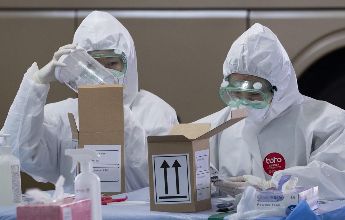 Nhân viên y tế làm việc tại một điểm xét nghiệm COVID-19 ở sân bay quốc tế Incheon, Hàn Quốc. (Ảnh: THX/TTXVN)