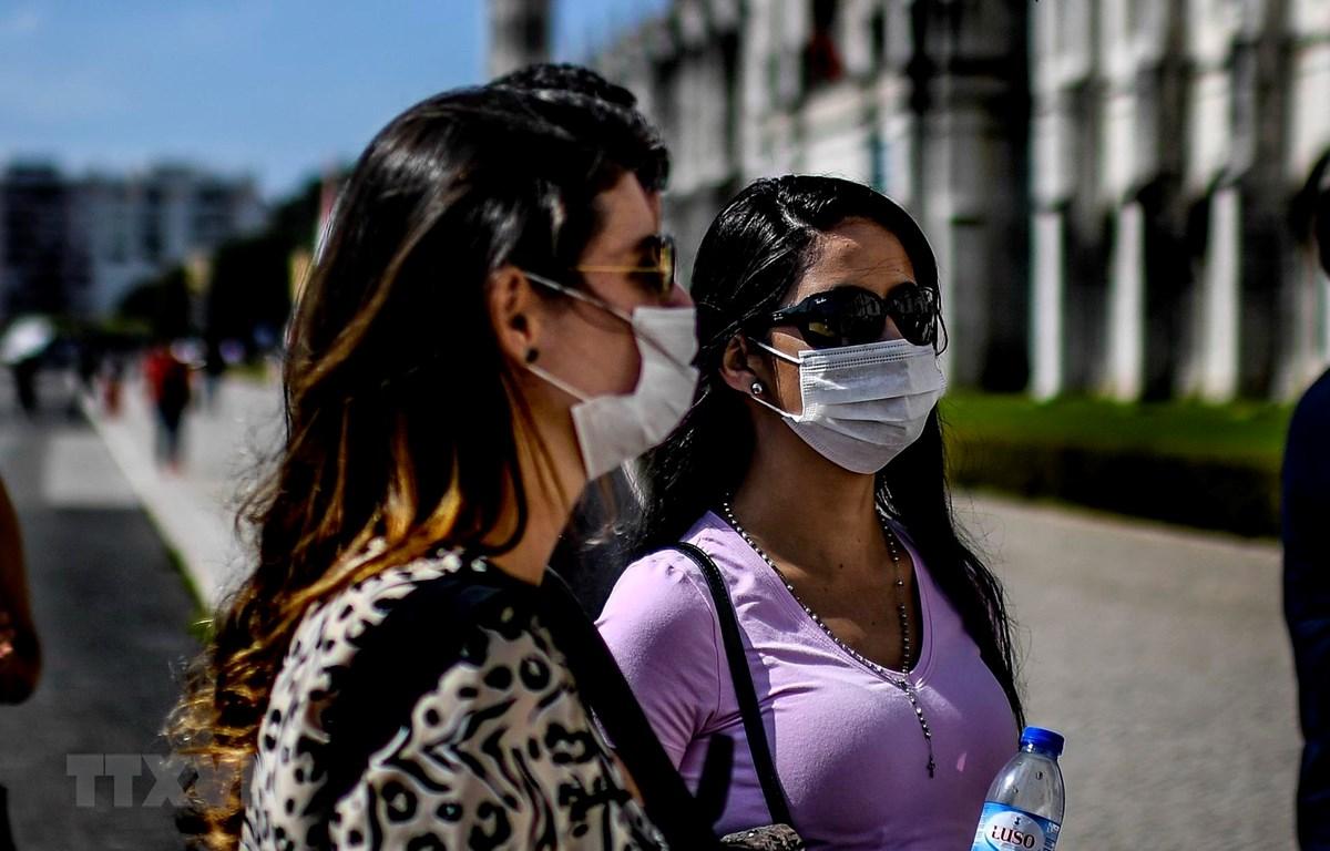 Người dân đeo khẩu trang nhằm ngăn chặn sự lây lan của dịch COVID-19 tại Lisbon, Bồ Đào Nha. (Ảnh: AFP/TTXVN)